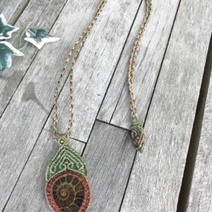 Makramee Halskette grün - braun mit Ammonit