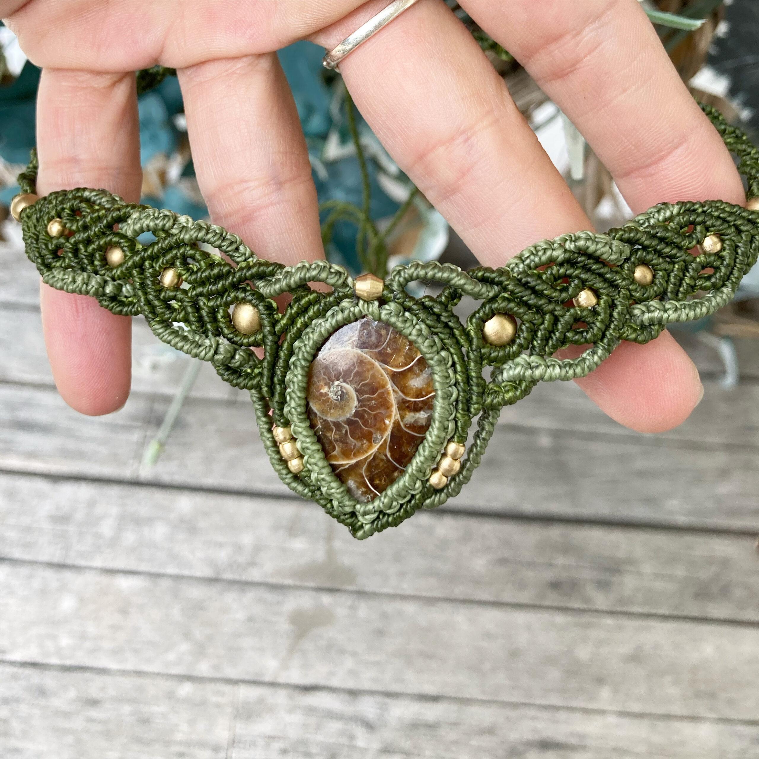 Makramee Halskette mit Ammonit